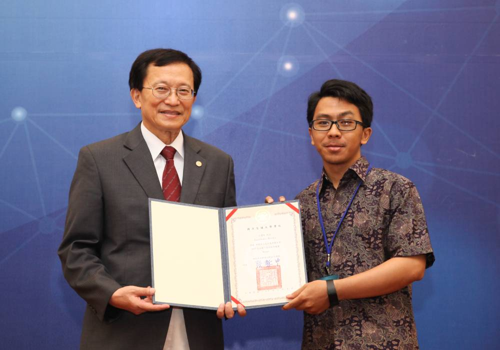 CEO of Taiwan Halal received an honor from NCTU Taiwan as outsanding contribution